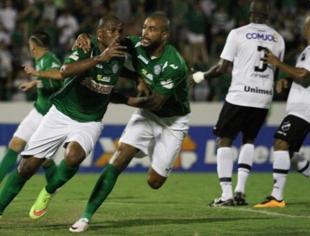 Jogadores do ABC lamentam enquanto atleta do Guarani comemoram