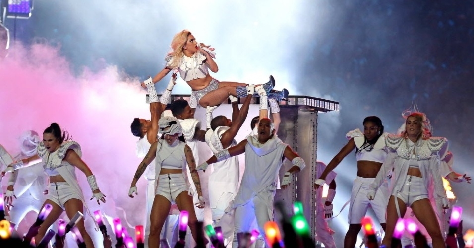 Lady Gaga canta durante show do intervalo do Super Bowl 51 entre New England Patriots x Atlanta Falcons