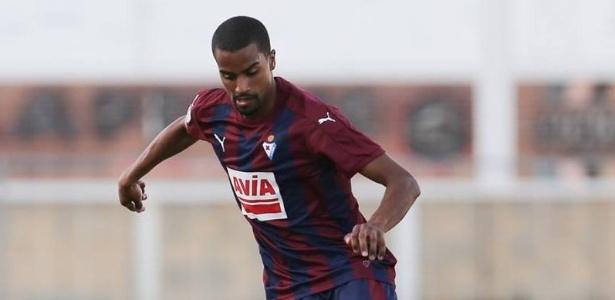Thaylor Lubanzadio (foto) acusou rival de ofensas racistas; sem providências da arbitragem, deixou o gramado antes do final da partida