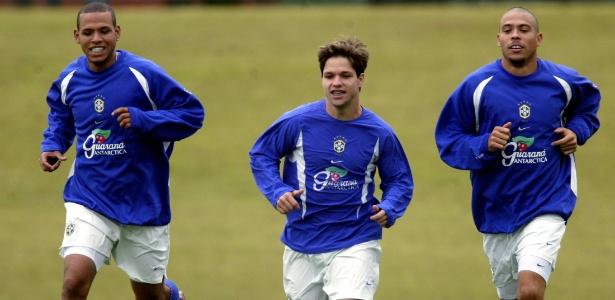 Diego corre entre Luís Fabiano e Ronaldo pela seleção aos 18 anos, em 2003