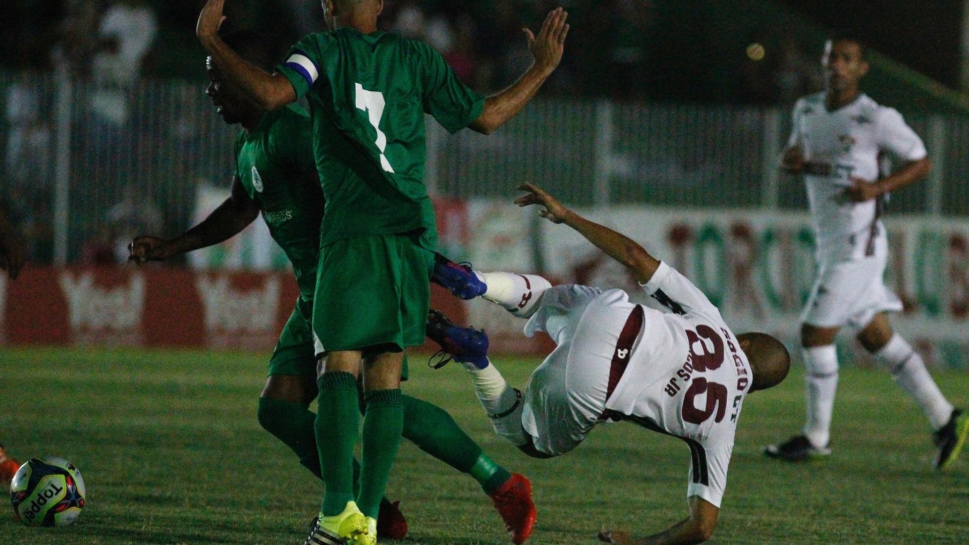 Marcos Júnior leva trombada no duelo do Fluminense contra o Boavista
