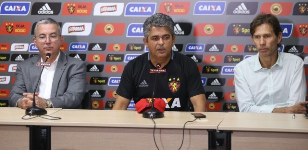 Ney Franco (centro) é apresentado na sala de imprensa do CT do Sport