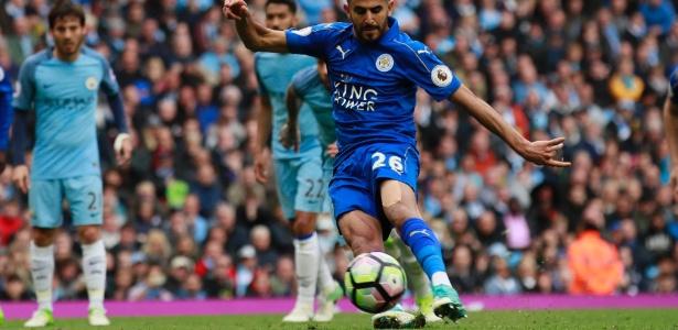 Mahrez em ação pelo Leicester City no Campeonato Inglês