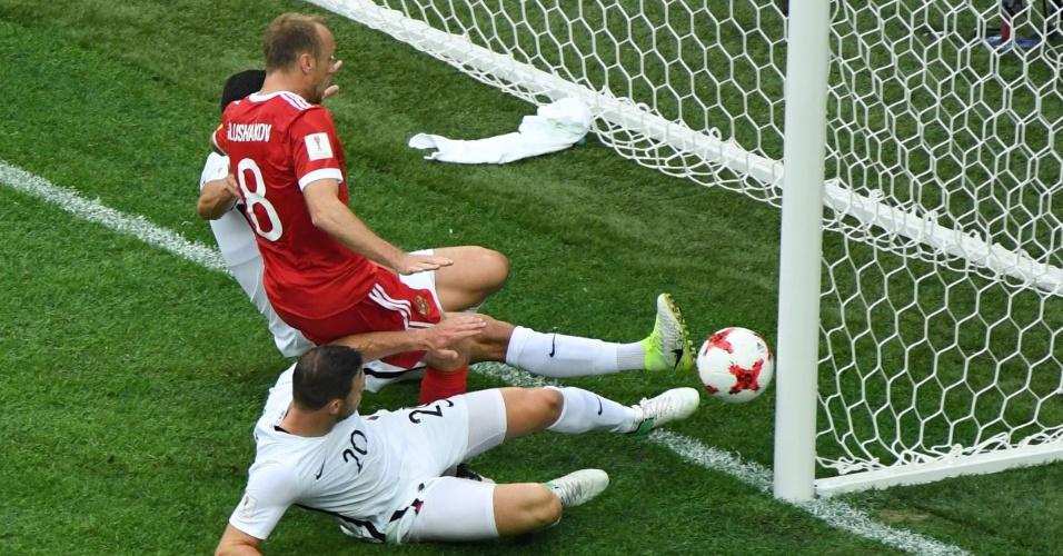 Boxall não consegue cortar e faz gol contra para a Rússia contra a Nova Zelândia