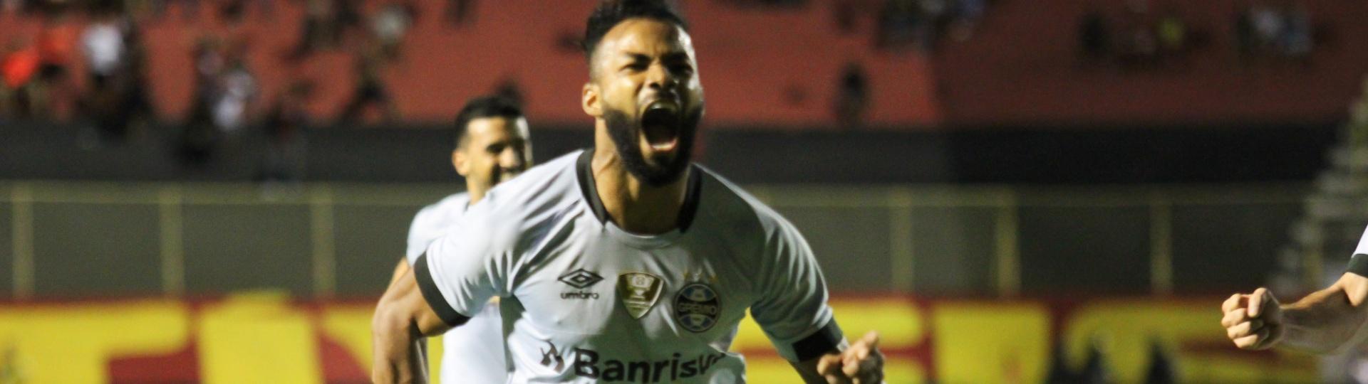 Fernandinho comemora gol do Grêmio contra o Vitória no Barradão