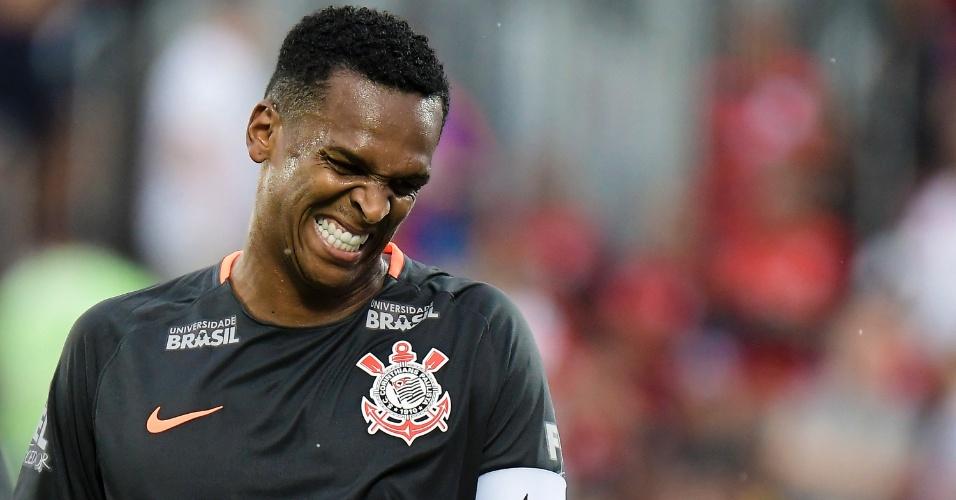 Jô faz careta após chance perdida em jogo entre Flamengo e Corinthians