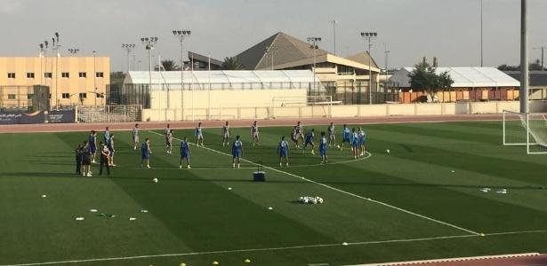 Jogadores do Grêmio fazem roda de bobinho em treino