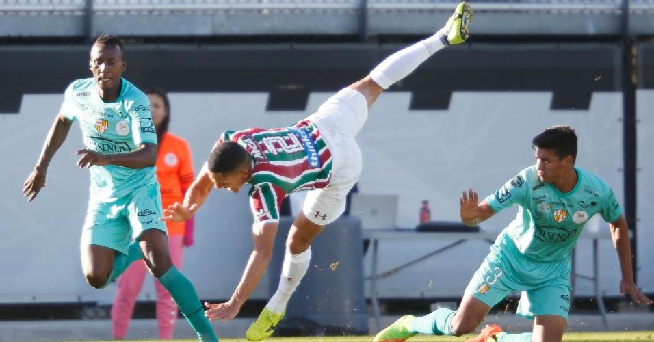 Gilberto, lateral do Fluminense, é derrubado pela defesa do Barcelona-EQU