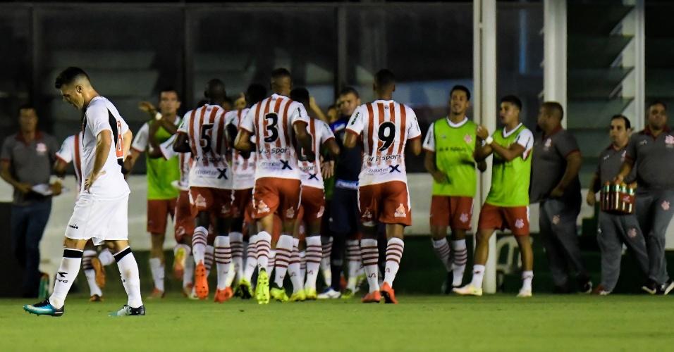 Jogadores do Bangu comemoram gol de Rodney em cima do Vasco