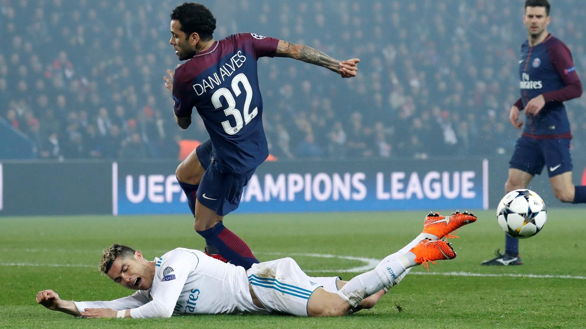 Daniel Alves disputa jogada na área com Cristiano Ronaldo