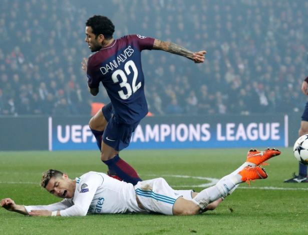 Daniel Alves e Cristiano Ronaldo disputam jogada na área
