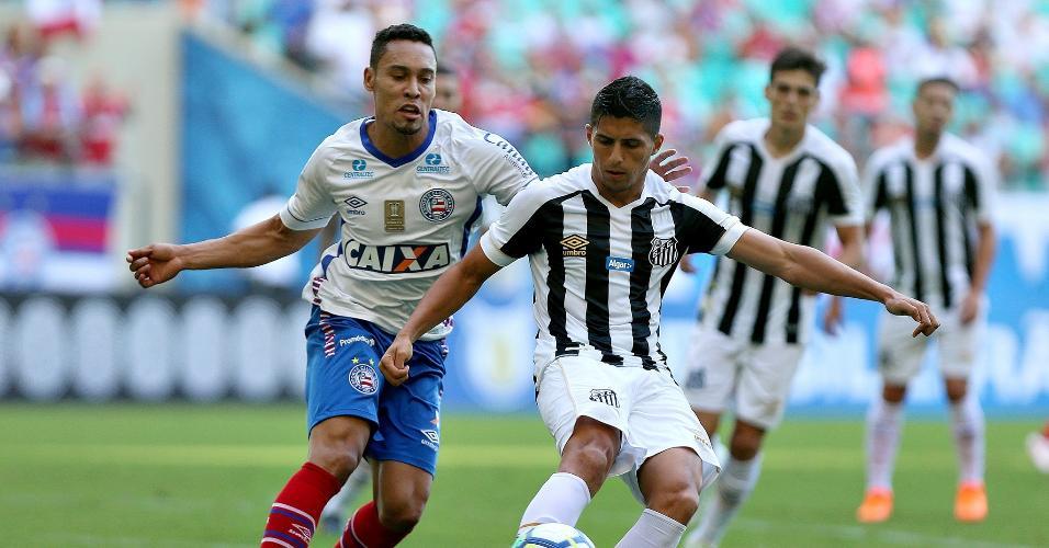 Daniel Guedes disputa bola com Edigar Junio em Bahia x Santos pelo Campeonato Brasileiro