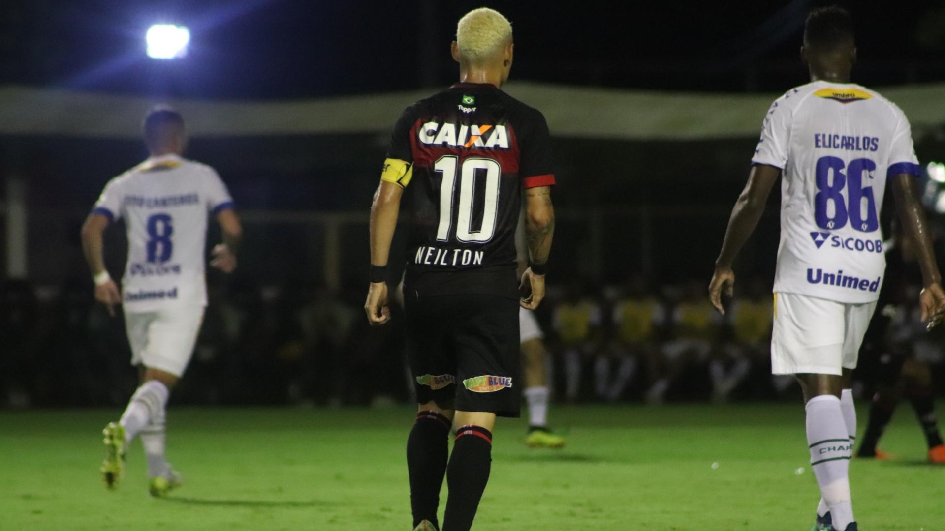 Neilton em campo no jogo Vitória x Chapecoense pelo Campeonato Brasileiro 2018