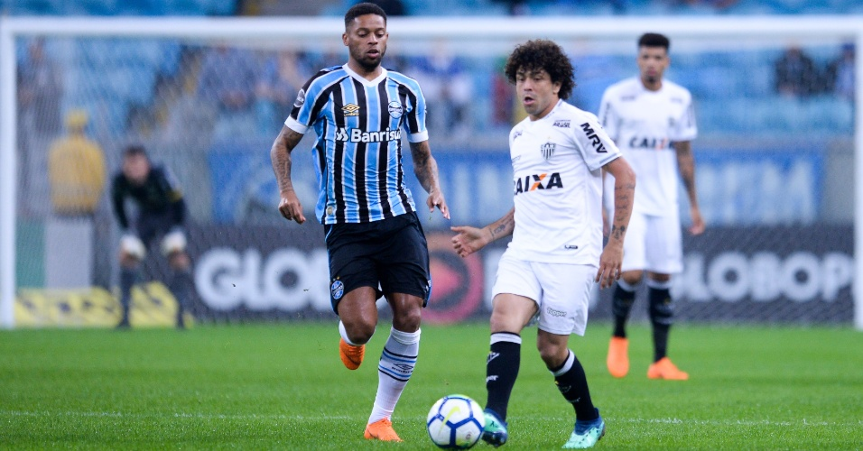 Luan domina bola e é acompanhado por André durante Grêmio x Atlético-MG pelo Campeonato Brasileiro