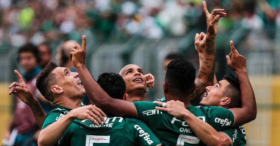 Jogadores do Palmeiras comemoram gol de Deyverson contra o Grêmio