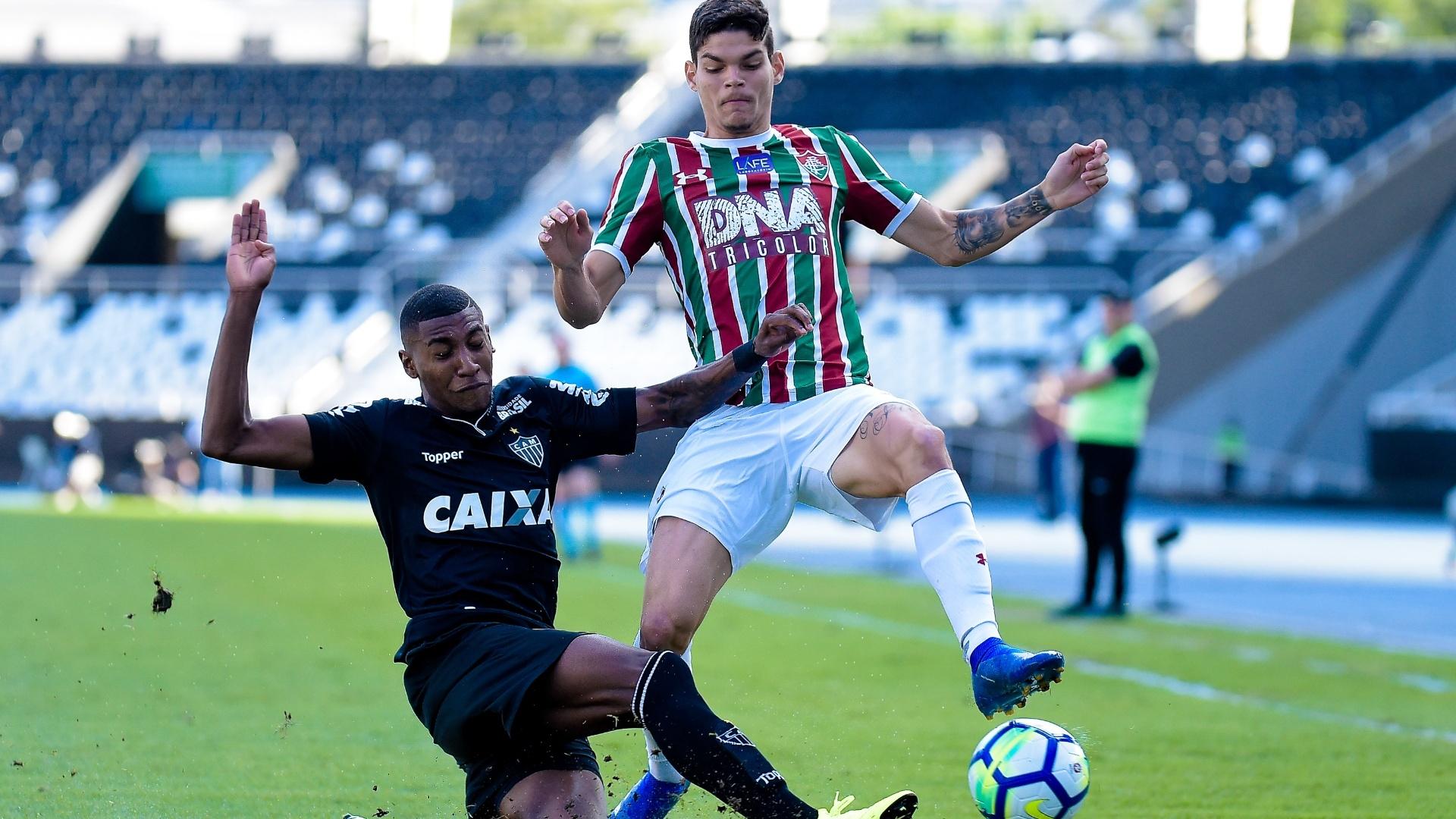 Emerson faza marcação em Ayrton Lucas no jogo entre Fluminense e Atlético-MG