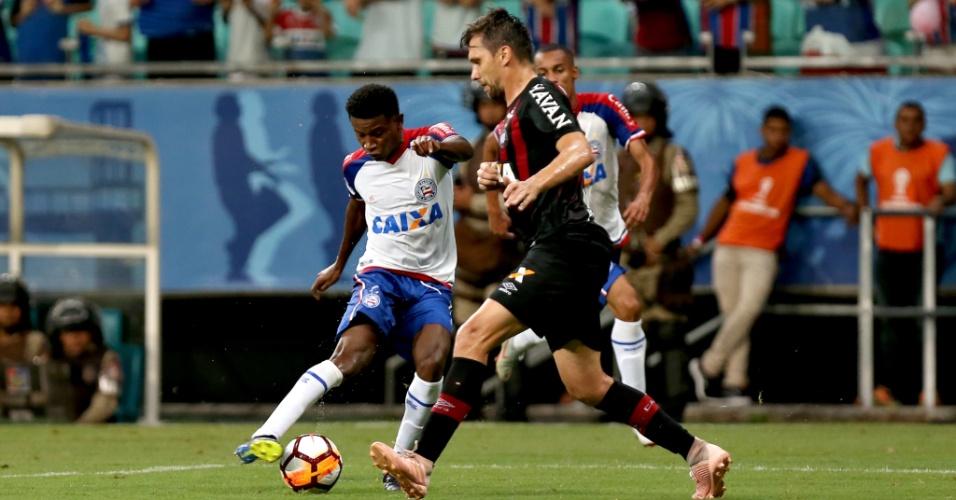 Ramires chuta durante jogo entre Bahia e Atlético-PR