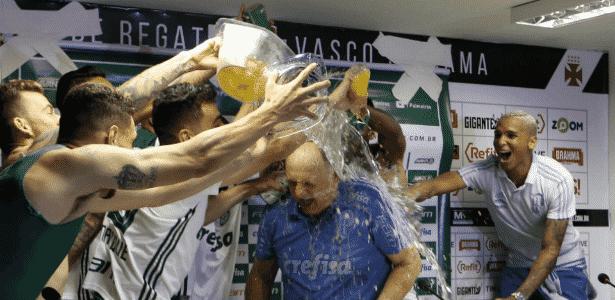 Felipão toma banho durante coletiva após o título - Cesar Greco/Ag Palmeiras/Divulgação
