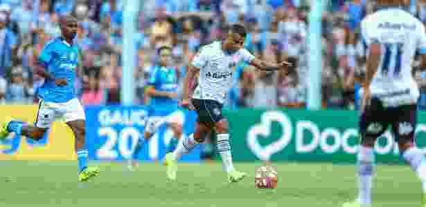 b733b24806 Alisson sente joelho direito em estreia e será reavaliado no Grêmio ...