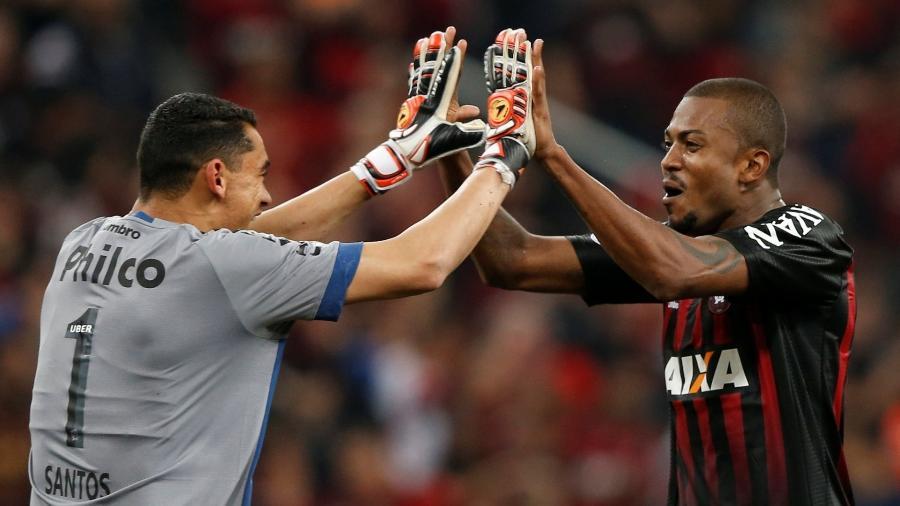 Marcelo Cirino comemora gol com o goleiro Santos - REUTERS/Rodolfo Buhrer
