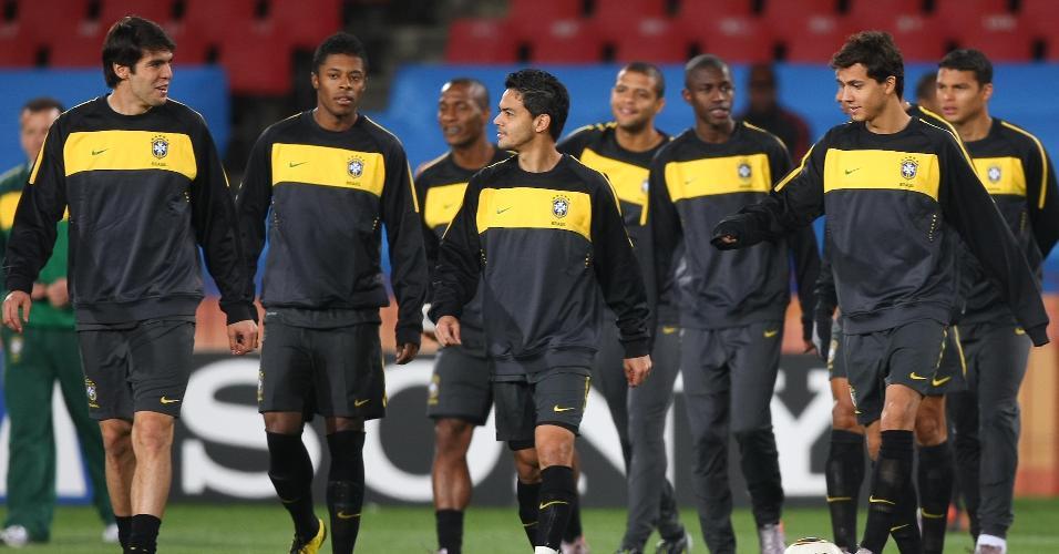 Kaka, Michel Bastos, Gilberto, Josué, Felipe Melo, Ramires, Nilmar, e Thiago Silva durante treino da seleção brasileira em 2010