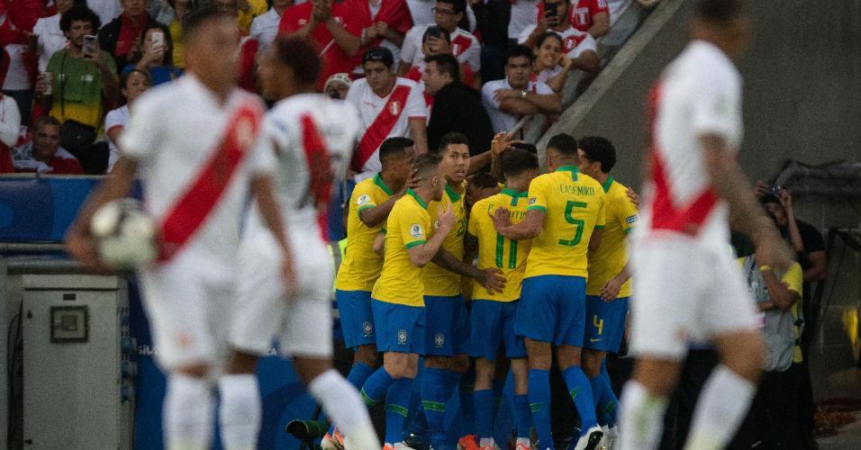 Jogadores do Brasil comemoram gol de Everton contra o Peru