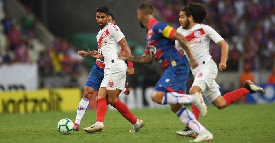Jogadores de Fortaleza e Internacional disputam a bola no Castelão