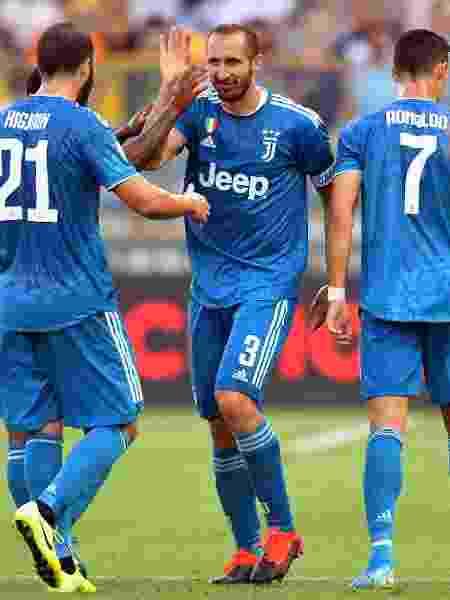 Chiellini comemora com colegas após abrir o placar para a Juventus contra o Parma pelo Campeonato Italiano - Alessandro Sabattini/Getty Images - Alessandro Sabattini/Getty Images