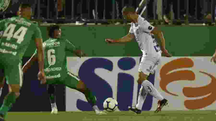 Evandro toca a bola em vitória do Santos sobre a Chapecoense - Ivan Storti/Santos FC