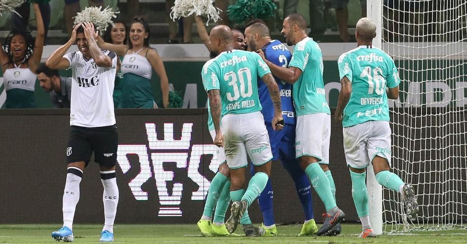 Jogadores do Palmeiras abraçam Weverton após pênalti defendido contra o Ceará