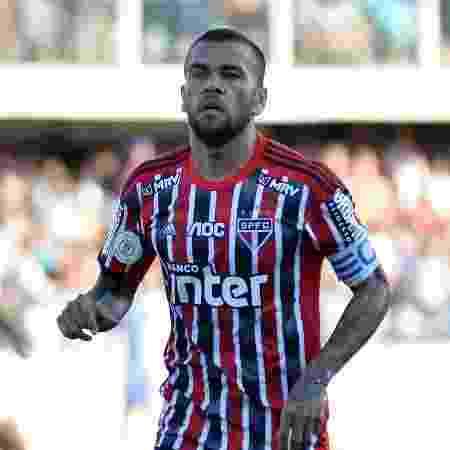Daniel Alves, autor do gol de empate do São Paulo contra o Santos na Vila Belmiro, pelo Campeonato Brasileiro - Bruno Ulivieri/AGIF