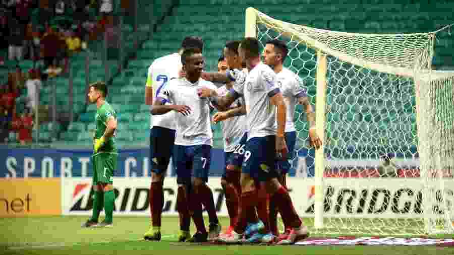 Jogadores do Bahia comemoram um dos três gols marcados diante do Nacional-PAR em jogo válido pela Copa Sul-Americana - Jefferson Peixoto/Futura Press/Estadão Conteúdo