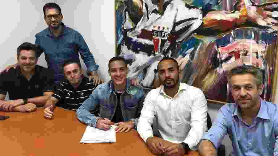 Antony e seus representantes durante a assinatura dos documentos da transferência para o Ajax - Divulgação