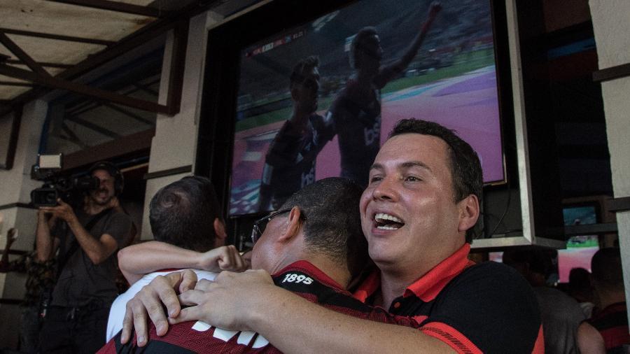 Torcedores comemoram o gol do Flamengo pela televisão - Bárbara Dias/AGIF