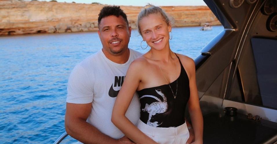 Ronaldo e Celina Locks curtem passeio de iate
