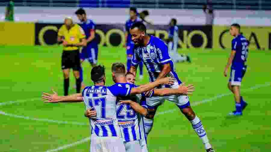 Jogadores do CSA celebram gol contra o Cruzeiro pela Série B - Pei Fon/Zimel Press/Estadão Conteúdo