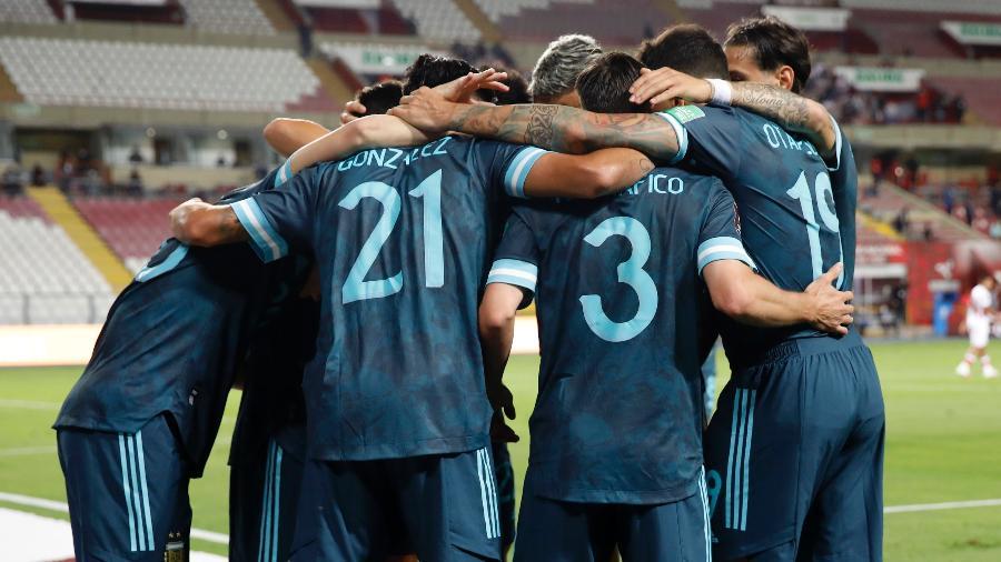 Seleção argentina comemora gol contra o Peru em jogo das Eliminatórias para a Copa de 2022 - Sebastian Castaneda-Pool/Getty Images