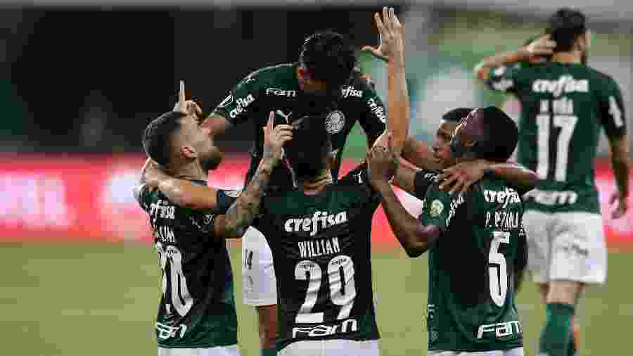 Jogadores do Palmeiras se ajoelham em comemoração de gol de Patrick de Paula contra o Delfín - Alexandre Schneider/Getty Images