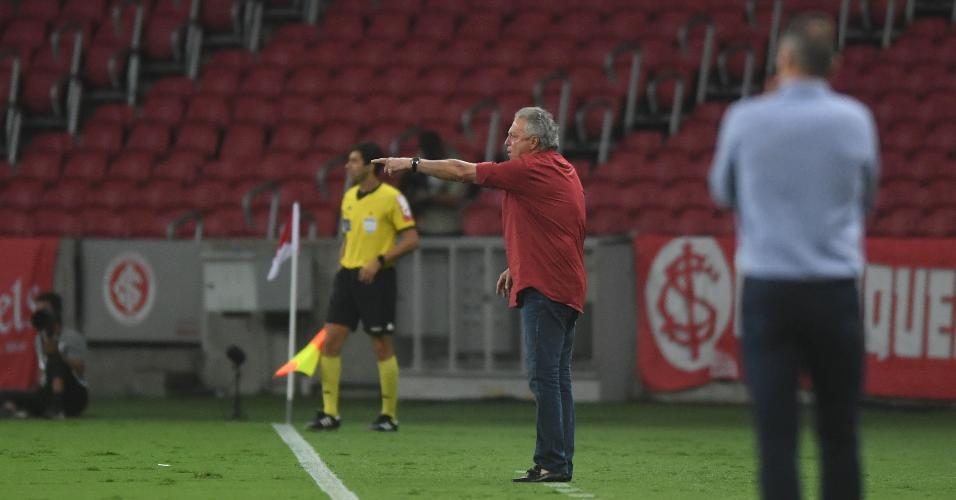 Abel Braga orienta time do Internacional no Beira Rio