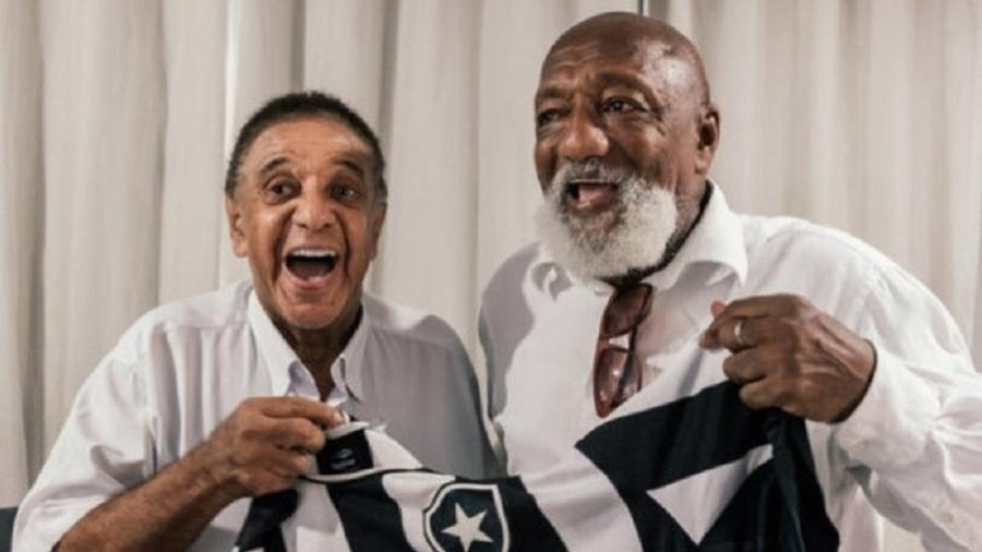 Na foto ao lado de PC Caju, Agnaldo Timóteo era torcedor fanático do Botafogo - Divulgação/Botafogo FR