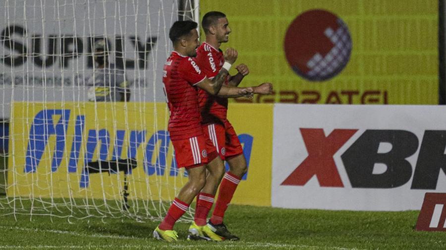 Thiago Galhardo, em noite inspirada, comemora com Heitor a goleada do Inter sobre o Aimoré - ALVARO BUENO/PHOTOPRESS/ESTADÃO CONTEÚDO