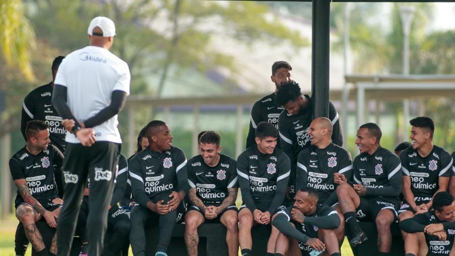 Jogadores do Corinthians em momento de descontração antes do treino desta segunda  - Rodrigo Coca/ Ag. Corinthians