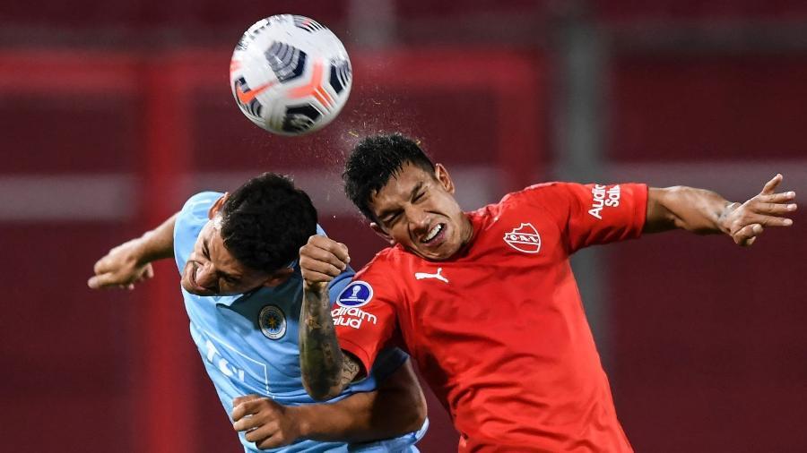 Lucas Romero (dir), do Independiente, durante jogo pela Sul-Americana - RONALDO SCHEMIDT / AFP