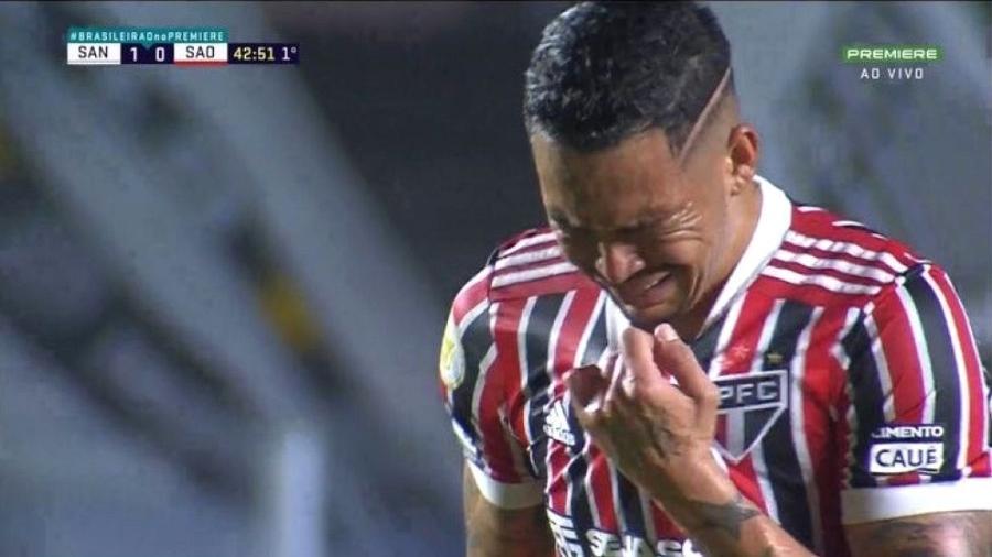 Luciano deixa o gramado da Vila Belmiro chorando, sentindo a pena esquerda, em partida do São Paulo contra o Santos - Reprodução/Premier