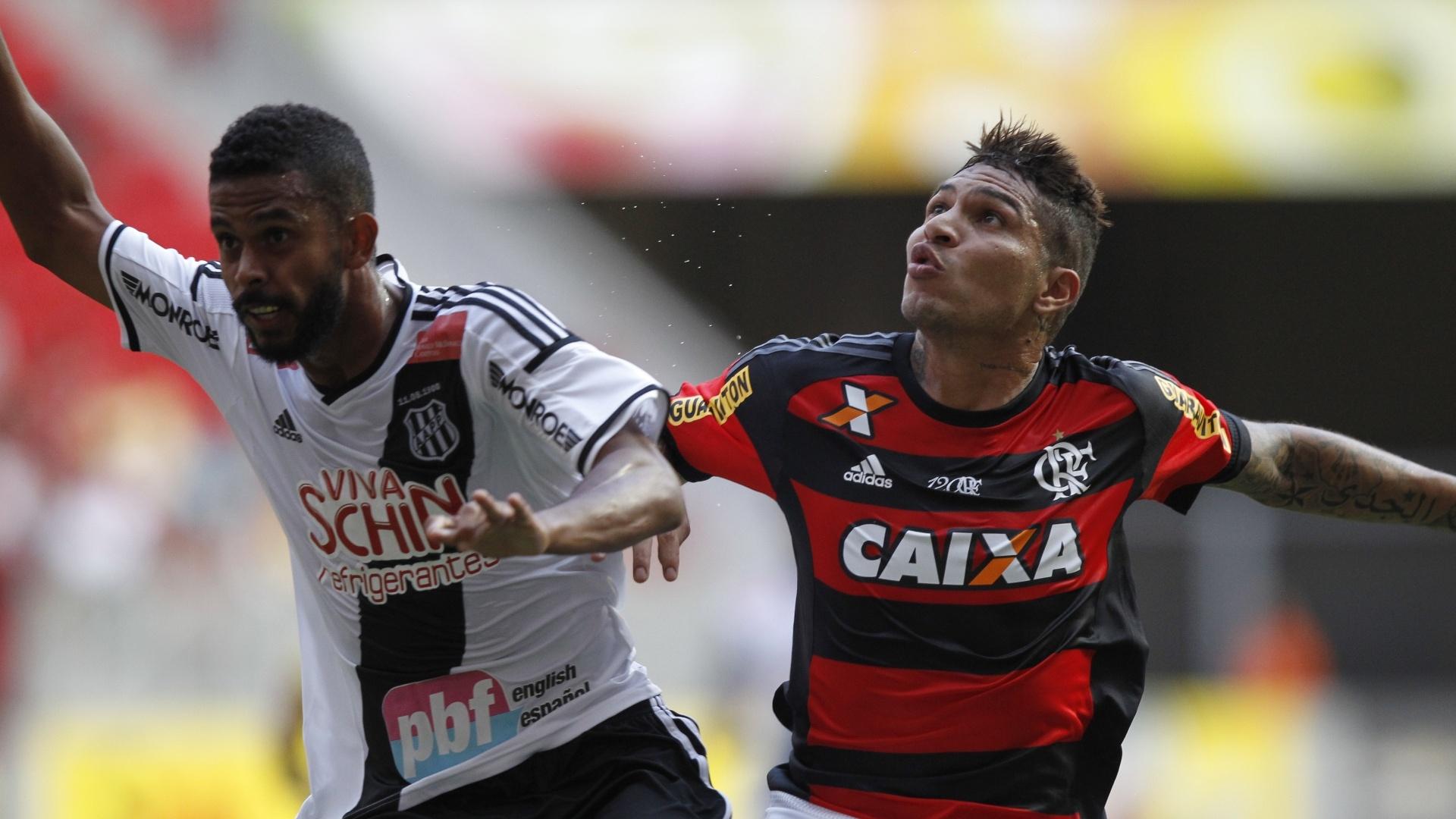 Guerrero disputa bola na partida do Flamengo contra a Ponte Preta, no Brasileirão