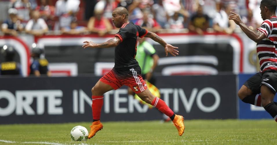 Emerson Sheik parte em direção ao gol do Santa Cruz
