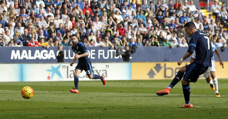 Cristiano Ronaldo cobra pênalti para o Real Madrid diante do Málaga. Kameni defendeu