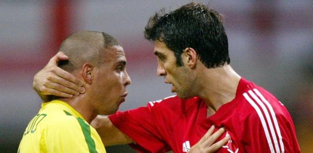 Hakan Sukur, capitão da Turquia, conversa com Ronaldo na semifinal da Copa de 2002