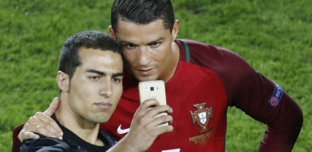 """Cristiano Ronaldo posa para """"selfie"""" com torcedor depois do jogo entre Portugal e Áustria"""