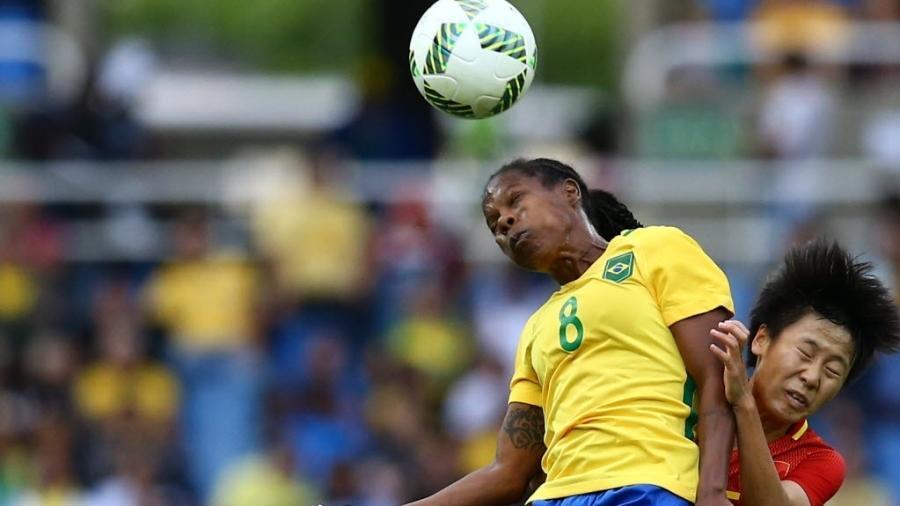 Formiga briga pela bola na partida de estreia da seleção feminina de futebol nas Olimpíadas - REUTERS/Leonhard Foeger